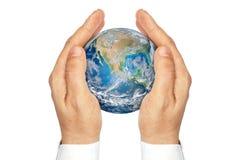 Руки держа планету зарывают изолированный на белой предпосылке. Стоковое Изображение RF