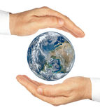 Руки держа планету зарывают изолированный на белой предпосылке. Стоковая Фотография