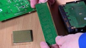 Руки держа плиту оперативной памяти компьютера Концепция диагностик компьютера видеоматериал
