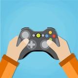 Руки держа связанное проволокой gamepad старой школы Стоковые Изображения RF