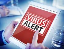 Руки держа сигнал тревоги вируса таблетки цифров Стоковое Изображение