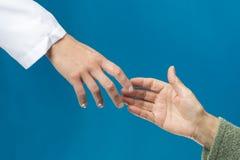 руки держа старых детенышей стоковое изображение rf