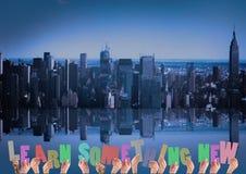 Руки держа слово учат что-то новое против предпосылки городского пейзажа Стоковые Изображения