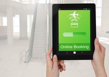 Руки держа таблетку и онлайн полет App резервирования взаимодействуют Стоковые Фото