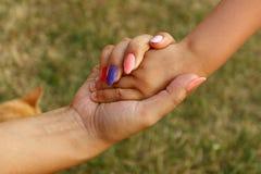 руки держа 2 Стоковые Фото