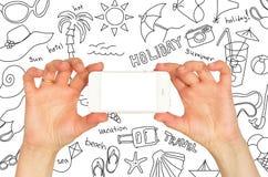 Руки держа smartphone. Вокруг эскизов лета Стоковые Фотографии RF