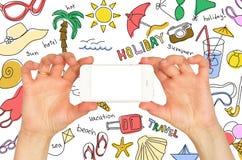 Руки держа smartphone. Вокруг эскизов лета Стоковые Фото