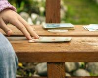 руки детей и играя карточек Стоковые Фото