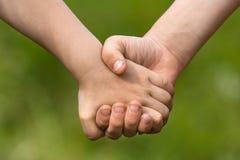 Руки 2 детей, концепция приятельства Стоковая Фотография
