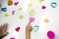 Руки детей с красочными глинами на белой таблице Стоковое Изображение RF