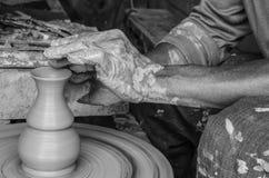 Руки делать глиняный горшок на колесе гончарни, отборный фокус, конец-вверх Стоковое Фото