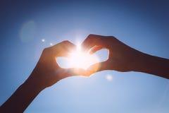 Руки делая знак формы влюбленности дальше Стоковое Фото