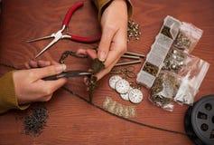 Руки делая украшения ремесла стоковые фотографии rf