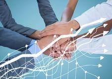 Руки дела совместно за белой диаграммой и против голубой предпосылки стоковое изображение