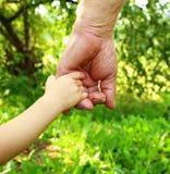 Руки дед и внук Стоковые Изображения