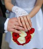 Руки жениха и невеста с кольцами Стоковые Изображения RF