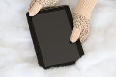 Руки женщины в светлым mittens связанных teal проводят современную плату Стоковые Фотографии RF