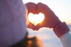 Руки женщины в символе сердца перчаток зимы Стоковые Изображения RF