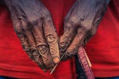 Руки женщины в цепи Dani Стоковое Фото