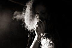 Руки женщины грея стоковая фотография rf