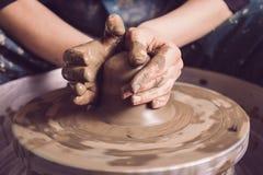 Руки женщины делая гончарню стоковые фото