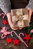 Руки женщины делая подарки Рождества Стоковое Изображение