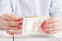 Руки женщины держа деньги Стоковая Фотография RF