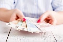Руки женщины держа деньги Стоковое Изображение RF