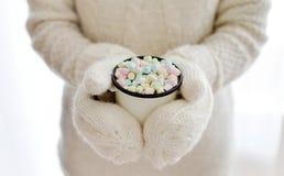 Руки женщины держа концепцию Нового Года рождества горячего шоколада напитка чашки Стоковые Фото