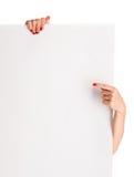 Руки женщины держа большой чистый лист бумаги Стоковые Изображения RF