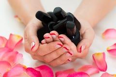 Руки женщины держа бутылки лака для ногтей Стоковая Фотография