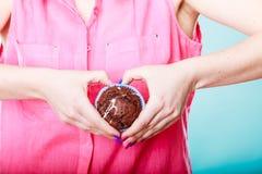 Руки женщины держа булочку Стоковая Фотография