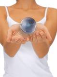 Руки женщины держа глобус земли Стоковая Фотография RF