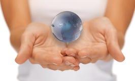 Руки женщины держа глобус земли Стоковые Изображения RF