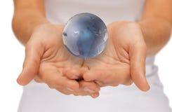 Руки женщины держа глобус земли Стоковое Изображение