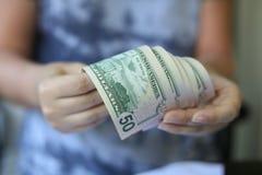 Руки женщины держа деньги Стоковые Изображения RF