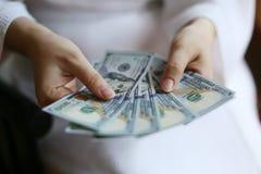 Руки женщины держа деньги Стоковые Фото