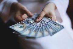 Руки женщины держа деньги Стоковая Фотография