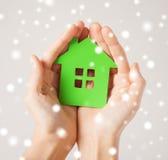 Руки женщины держа зеленый дом Стоковое Изображение RF