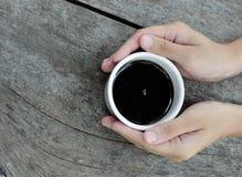 Руки женщины держа кружку горячего питья Стоковая Фотография