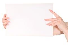 Руки женщины держа пустой лист белой бумаги Стоковое Фото