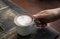 Руки женщины держа чашку кофе Стоковое Изображение RF