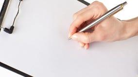 Руки женщины держа чистый лист бумаги в доске сзажимом для бумаги и a Стоковое Изображение RF