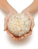 Руки женщины держа шарик ванны Стоковая Фотография