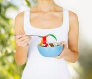 Руки женщины держа шар с измеряя лентой Стоковая Фотография