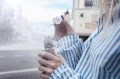Руки женщины держа e-сигарету, vape День, внешний Стоковая Фотография RF