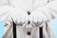 Руки женщины держа handgrip багажа Стоковая Фотография