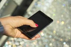 Руки женщины держа smartphone Стоковые Изображения RF