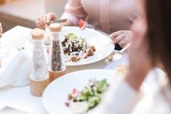 Руки женщины есть салат Стоковые Изображения