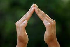 Руки женщины делая домашний знак Стоковое фото RF